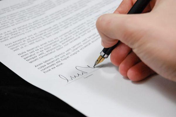 contrato laboral con bolígrafo
